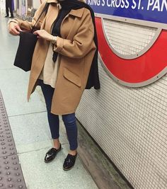 Image in Fashioning it up collection by In my moods Imagen de hijab, fashion, and style Modern Hijab Fashion, Street Hijab Fashion, Hijab Fashion Inspiration, Mode Inspiration, Modest Fashion, Iranian Women Fashion, Islamic Fashion, Muslim Fashion, Mode Ootd