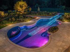 À noite, música e cordas iluminadas no centro entram em sintonia, parecendo que o violino está em ação Foto: Cipriano/Reprodução da internet