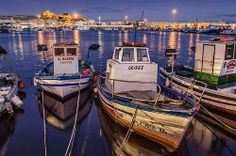 Vista nocturna del puerto pesquero al fondo: La Alcazaba Boat, Spain, City, Nocturne, Boats, Photos, Cities, Spanish, City Drawing
