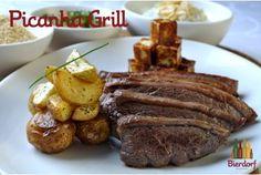Picanha bovina grelhada com farofinha de cebola e alho, lâminas de cebola, vinagrete, arroz branco e batatas rústicas.