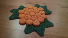 A trivet made of crocheted bottle caps I bet many of you have seen this kind of trivets at your grandparents home. They are quite quick and easy to crochet. Crochet Kitchen, Crochet Home, Hand Crochet, Crochet Wreath, Knitted Washcloths, Bottle Top, Best Fruits, Hot Pads, Hat Making