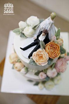 앨리스 케이크2단 웨딩 케이크 입니다. 철부지 신랑을 리드하는재밌는 타퍼를 올린아름다운 4월의 신부를 ...