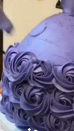 Use piping tips for beautiful rose cupcake decoration Cake Decorating Frosting, Cake Decorating Designs, Cake Decorating For Beginners, Cake Decorating Techniques, Cake Decorating Tutorials, Cookie Decorating, Barbie Torte, Barbie Cake, Barbie Doll Birthday Cake