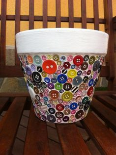 Mosaic pot with button tiles. Maceta con mosaico de botones