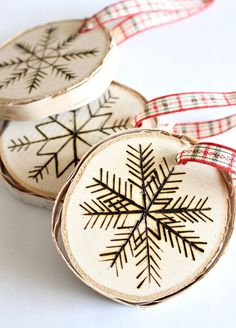 diy holz Super easy DIY wood burned birch slice ornaments from Dans le Lakehouse. Birch Slice Ornaments DIY Perfect for Gift Toppers Too. Wooden Christmas Decorations, Wooden Ornaments, Christmas Wood, Christmas Crafts, Christmas Ornaments, Google Christmas, Scandi Christmas, Diy Ornaments, Snowflake Ornaments
