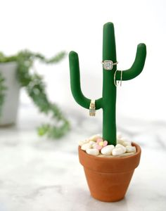 DIY Cactus Ring Holder - Cell Phone Ring Stand - Ideas of Cell Phone Ring Stand - Loving this DIY to create your own ring holder! Would be so cute in a southwestern-influenced mid-century-modern home! (via /amytangerine/) Clay Projects, Clay Crafts, Diy And Crafts, Diy Porta Anel, Diy Cadeau, Ideias Diy, Diy Rings, Polymer Clay, Easy Diy