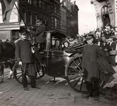 Offiziere der Heilsarmee in den Niederlanden fahren in einer Kutsche, während einer Parade im Jahr 1922 anlässlich des 35-jährigen Bestehens der Heilsarmee in den Niederlanden (Leger des Heils) Rotterdam, In This Moment, Netherlands, Army, Vehicles, Celebrations, Pictures