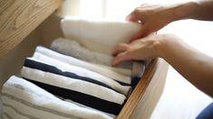 Tシャツ、パンツ、ズボンなど、収納の基本でもある服のたたみ方をご紹介。どの服のたたみ方もシワが少なく、コンパクトな仕上がりになります。旅行のトランクに入れる時も役立つのでぜひマスターしてみて!