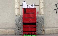 Nella notte per le vie di Milano, in zona Isola, su alcuni quadri elettrici sono apparsi personaggi coloratissimi provenienti del mondo del fumetto e dei cartoni animati. A cominciare da due Snoopy che dormono su casette rosse, un chiaro omaggio ai Peanuts di Charles Shultz. E su una è stato