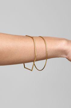 Gemma Holts Schmuck ist filigran, fein und funderbar. Ein goldener Ring aus Unendlichkeit. Dünne Armreifen wie ein Hexagon geformt. Oder wie ein Dreieck. Gibt's bei tableofcontents.us oder in Gemmas Onlineshop . gemmaholt.co.uk images © Gemma Holt