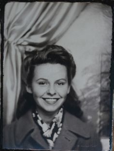 Vintage Hairstyles - A Young woman with such a pretty smile! Vintage Pictures, Old Pictures, Old Photos, Time Pictures, Vintage Photo Booths, Photos Booth, 1940s Hairstyles, Photo Instagram, Instagram Worthy