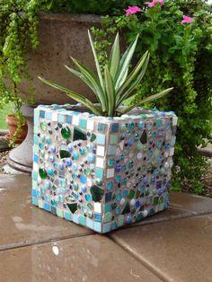 jardinière en béton décorée d'une belle mosaïque multicolore en verre concassé