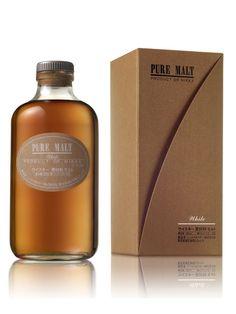NIKKA Pure Malt White 43% - Les arômes de fumée et de tourbe dominent la palette aromatique du Pure Malt White, enrichie par des notes légèrement iodées et végétales. Considéré comme un malt intense, il est le whisky le plus tourbé de la gamme Nikka. - Couleur : jaune à reflets or. Nez : élégant et frais, il dévoile un caractère tourbé, cendré et médicinal. Il évolue avec finesse sur les fruits exotiques (noix de coco), les fleurs (violette) et des notes chocolatées (pralinées). Bouche…