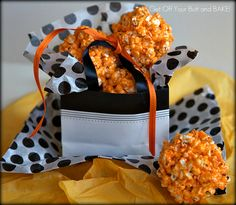 OUTRAGEOUSLY ORANGE POPCORN BALLS - hint: scroll down to the end of the photos on this page to get the entire recipe with ingredient list. Unless youre a Cook by profession, you might not just KNOW what to use. birthdays-showers-other-celebrations Homemade Popcorn, Flavored Popcorn, Popcorn Recipes, Gourmet Popcorn, Halloween Popcorn Balls Recipe, Perfect Popcorn, Snacks, Halloween Party, Halloween Ideas