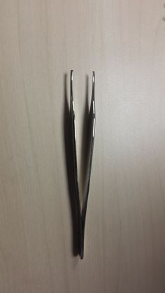 Pinza de mano dentada: tiene un único diente, con la compresión puede perforar el tejido