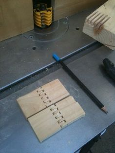 Making wooden hinges with a finger joint bit Box Joint Jig, Box Joints, Pedestal Drill, Wooden Hinges, Small Hinges, Bamboo Skewers, Finger Joint, Woodworking Tips, Wood Working