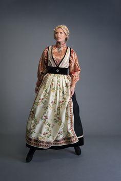 2017-10-Eva-Bunad-337-fin Folk Costume, Costumes, Viking S, Folk Art, Kimono Top, Fantasy Clothes, Culture, Poses, Seasons
