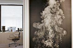 En el estudio de Peter Marino, cerca de la puerta de uno de los despachos, fotografía My Ghost 3006 (2001) de Adam Fuss. AD España © Manolo Yllera