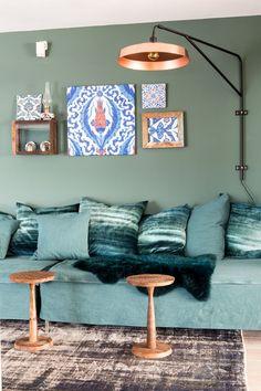 In het grote huis van Muserref en Battal is er plek voor een relaxte loungehoek. Op deze muur is Oregano Green uit The Color Collection opgebracht.