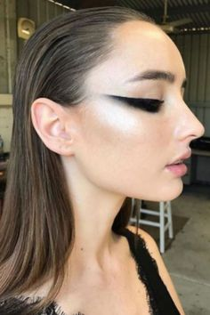 graphic eyeliner cat eye makeup look and slicked b.:separator:graphic eyeliner cat eye makeup look and slicked b. Cat Eye Eyeliner, Cat Eye Makeup, Makeup Art, Hair Makeup, Eye Liner, Gel Eyeliner, Makeup Ideas, Makeup Style, Prom Makeup
