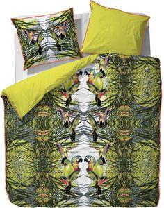 Jetzt wird es tropisch! Die farbenfrohe Wendebettwäsche »Coco« der Marke Essenza bringt den Dschungel in Ihr Schlafzimmer. Das tolle Motiv passt super zu der gemütlichen Bettwäsche aus reiner Baumwolle. Die Qualität ist pflegeleicht, hautfreundlich und trocknergeeignet. Toll ist auch die Keder-Einfassung, die farblich super zu der Wendeseite passt.   Artikeldetails:  Bettwäsche mit Motiv, Wende...