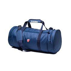 Torba sportowa KLASYK NAVY Wygodna i funkcjonalna klasyczna, miejska torba na co dzień. Na boku torby naszyta żakardowa tarcza. Wszystkie kieszenie zamykana na wysokiej jakości zamki. Wewnątrz torby znajduje się komora główna oraz jedna wewnętrzna kieszeń. Torba posiada regulowane, długie ramię i dwa dodatkowe uchwyty zapinane na zadrukowany rzep. Wysoka odporność i wytrzymałośc materiału oraz klamr. Duffel Bag, Gym Bag, Navy, Duffle Bags
