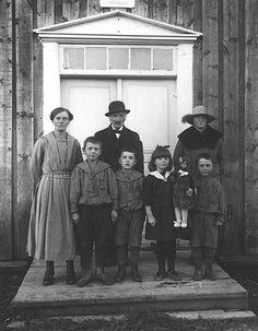 Från  vänster pigan, Johan Åström pojkarna Bengt-Olov, Filip, Gunnel. Med dockan och Birger Åström.