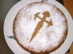 TARTA DE SANTIAGO   Este pastel es tradición en Galicia. Nadie falla tratar la Tarta de Santiago visitando Santiago de Compostela.  Hecho con las almendras, tiene un sabor increíble.