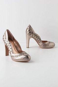 Brown Leather Petal Scalloped Pumps from Anthropologie. Gorgeous, gorgeous, GORGEOUS vintage retro inspired elegant lady-like heels