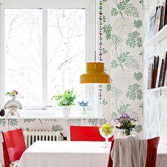 Så mysigt med mönstrade tapeter i kök/matsal