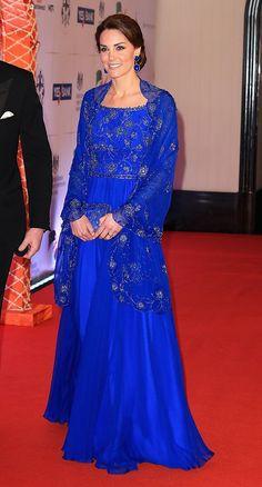 En su tour de siete días por la India y Bután, la Duquesa de Cambridge ha sorprendido a todos animándose a los estampados y looks camaleónicos que la convierten en toda una embajadora de la moda.Sustituyendo sus clásicas chaquetas de tweed por paletas audaces de diseñadores como Alexander McQueen, los looks de Ka