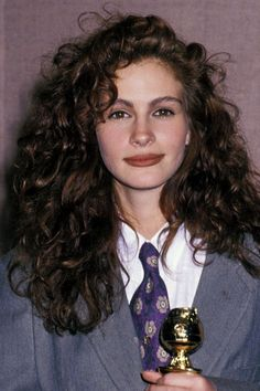 30 Celebs Who Rocked Brown Lipstick WAY Before Kylie Once upon a time, before Lip Kit fever, in an era known as the brown lipstick was pretty much a requirement for leaving the house. Curly Hair Styles, Short Curly Hair, Wavy Hair, New Hair, Natural Hair Styles, Cheveux Julia Roberts, Julia Roberts Hair, Julia Roberts Style, 90s Hairstyles