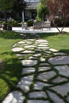 Perfekt Der Gartenweg   50 Gartenwege, Welche Sie Durch Den Außenbereich Führen...  Gartenweg Plattenbelag Mit Gras Dekoriert