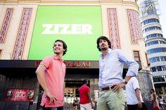 Jaime Del Solar y Nacho León de ZIZER en la pantalla de Callao de Callao City Lights. By 21carminas.com para zizer.es