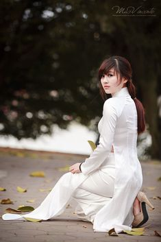 Sexy girls near you! Vietnamese Traditional Dress, Vietnamese Dress, Traditional Dresses, Ao Dai, Asian Woman, Asian Girl, Vietnam Girl, Portraits, Asian Fashion