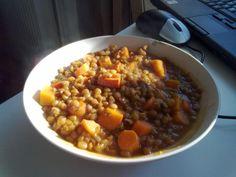 Zutaten: 300g braune Linsen 3-4 Karotten 1 Zwiebel etwas Rapsöl 1 Knoblauchzehe etwas Tomatenmark 1/2 Teelöffel Gemüsebrühe Salz und Pfeffer Zubereitung: Zwiebel und Knoblauch klein schneiden und i…