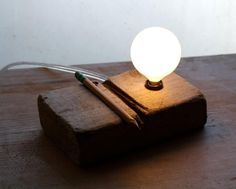 Do you lovewooden desk lamps? Why not make it yourself! You only need a few tools, a little common sense and of course: some wood! Here are 8 handmade lam