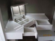 144 space-saving ideas to make any small apartment feel cozier 4 Rangement Makeup, Home Furniture, Furniture Design, Diy Vanity, Home Organization, Interior Design Living Room, Diy Home Decor, Bedroom Decor, Corner Vanity