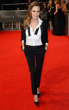 Angelina Jolie foulait le tapis rouge en smoking Saint Laurent par Hedi Slimane http://www.vogue.fr/mode/red-carpet/diaporama/les-looks-du-mois-de-fevrier-des-podiums-a-la-realite-1/17715/image/965248#!angelina-jolie-foulait-le-tapis-rouge-en-smoking-saint-laurent-par-hedi-slimane