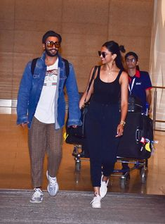 Ranveer Singh and Deepika Padukone touched down in Mumbai on Sunday evening. The couple returned from their honeymoon and exited the Mumbai airport hand-in-hand. Casual Day Outfits, Trendy Outfits, Girl Outfits, Fashion Outfits, Deepika Ranveer, Deepika Padukone Style, Ranbir Kapoor, Shahrukh Khan, College Fashion