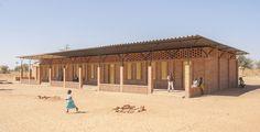 Construido por LEVS architecten en Roodepoort, South Africa En la llanura cerca del pueblo Malí de Gangouroubouro, LEVS diseñado una nueva escuela primaria. La arquitectura de l...