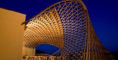 Le gridshell (gusci strutturali a graticcio)sono strutture che incrociano il comportamento strutturale del guscio (shell) con quello del graticcio...