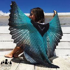 This shawl looks breath-taking in a gradient yarn. In the pattern, I have used a custom 200g gradient in black to turquoise, from Wollelfe on etsy. However you could easily use any other yarn weight as you can finish the shawl after any shell row (the earlier to finish, the smaller the shells).