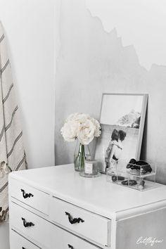 SUMMER MEMORIES // Littlefew.com - Bedroom decor, home details, black and white, minimal, minimalism, white flowers, nordic style, nordic room, dormitorio, decorar una cómoda, diy, decorar con fotos, storage, beauty, nordic inspiration, grey decor, grey modern wallpaper, wall, espacios pequeños, small spaces.