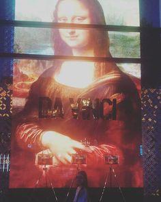 Pazar günü Paris 33 derece sıcak.  Hissedilen 36 derece.  Kıvılcım Dora Badem Leuvre müzesinde Mona Lisa ile baş başa #paris #fransa #antalya #türkiye #bademtour #sanat #sevgi #aşk http://turkrazzi.com/ipost/1524909972923587977/?code=BUpkYqCj52J