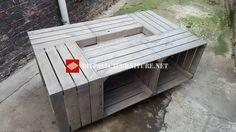Table construite avec 6 boîtes de fruits, placé sur une grande planche en bois et fixé. Les boîtes doivent être placées avec le trou vers l'extérieur pour être en mesure d'utiliser les …