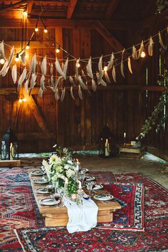 Genau so würde ich glatt noch mal heiraten: Eine Hochzeit im Gypsy Style mit vielen kreativen Ideen vom irre talentierten Love-Circus-Bash-Team aus Berlin. – Ohhh… Mhhh… I don't like the feathers…but I love the simplicity and the oriental carpets! Gypsy Style, Hippie Style, Hippie Chic, Boho Style, Love Circus, Gipsy Wedding, Perfect Wedding, Dream Wedding, Boho Wedding