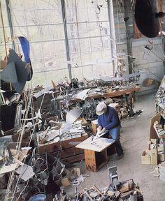 Alexander Calder, (22 de julio de 1898, Lawnton, Pensilvania - 11 de noviembre de 1977, Nueva York) fue un escultor estadounidense. Hijo y nieto de escultores. Su madre era, además, pintora. Estudió ingeniería mecánica y en 1923 asistió a la Liga de Estudiantes de Arte de Los Ángeles, donde recibió la influencia de los artistas de la escuela.