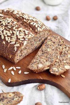 Wie wäre es zum Frühstück mit einem leckeren Eiweißbrot mit Skyr? Da ich gerne wissen möchte welche Zutaten in meinem Brot sind, habe ich mein erstes Eiweißbrot selbst gebacken ohne Mehl. Das Brot ist durch das Skyr sehr saftig und schmeckt besonders durch die Nüsse. Das Rezept ist wirklich sehr einfach und das Brot lässt...Lese mehr
