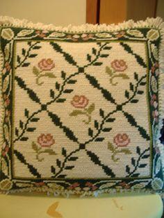 TAPETES DE ARRAIOLOS: Almofada Rosinhas de Portugal - Opção verde Cushion Embroidery, Simple Embroidery, Ribbon Embroidery, Cross Stitch Embroidery, Cross Stitch Borders, Cross Stitch Patterns, Palestinian Embroidery, Cross Stitch Needles, Flower Pillow